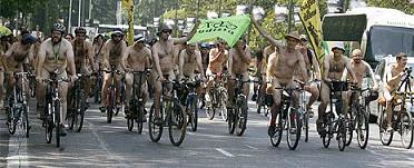 PROTESTA EN MADRID CON UN PAR... DE RUEDAS