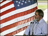 Lula, en la conferencia de prensa con Bush, cerca de una bandera de EE.UU.