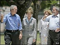 George Bush y Lula da Silva, acompañados de sus esposas.
